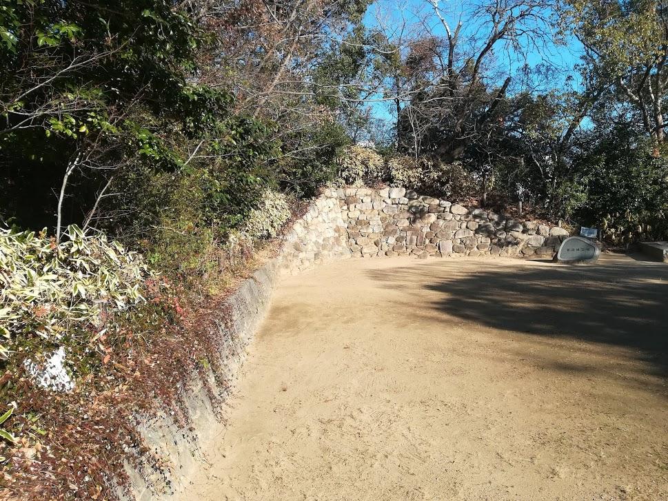 土塁から復元石垣を見る