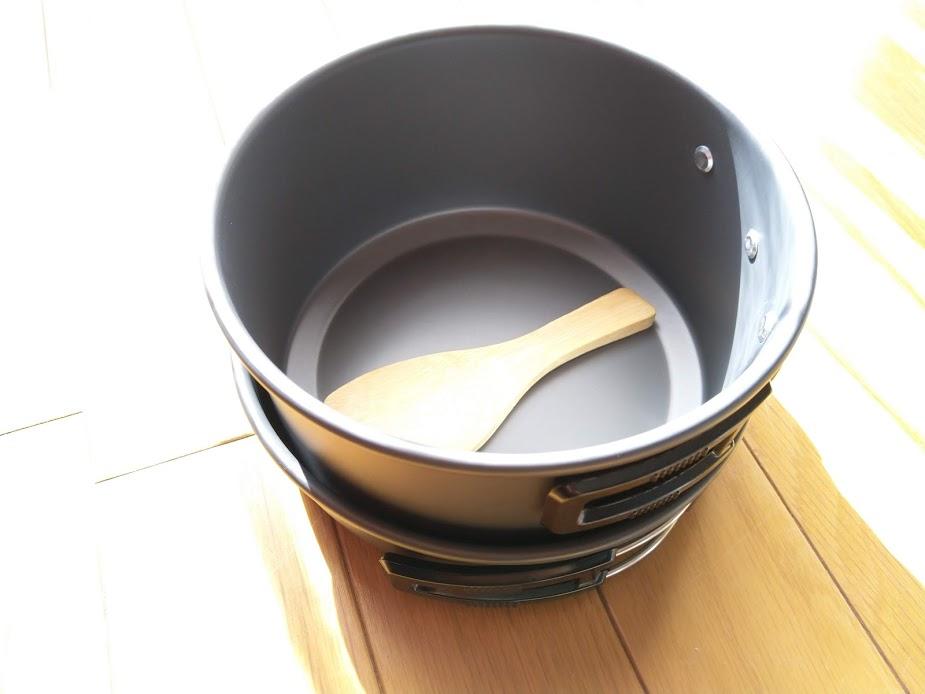 鍋を入れます。鍋の底には竹しゃもじを入れます。