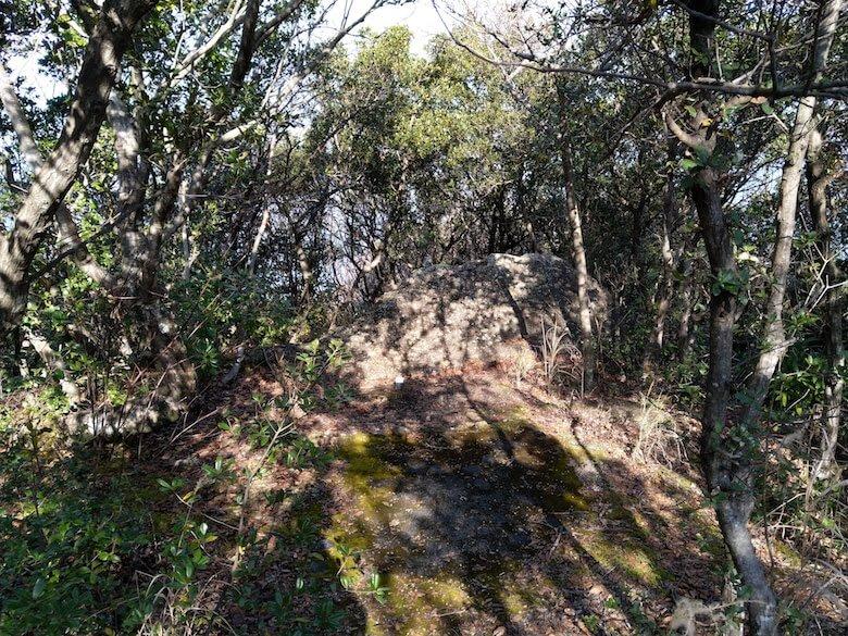 上の段(多分)にある大きな石
