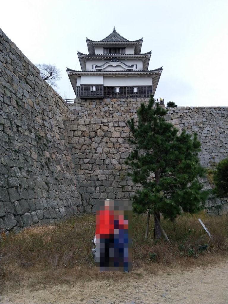 長崎櫓前から天守をバックに記念撮影