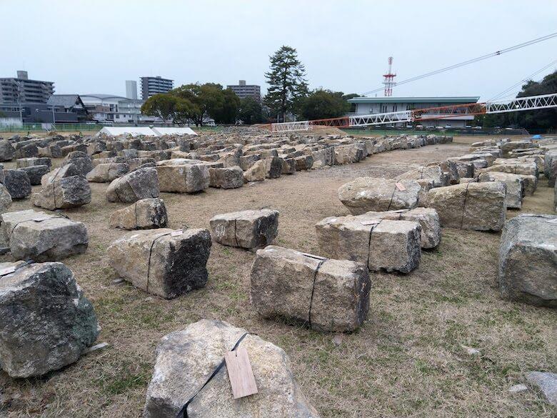 広場に並べられた石垣の石