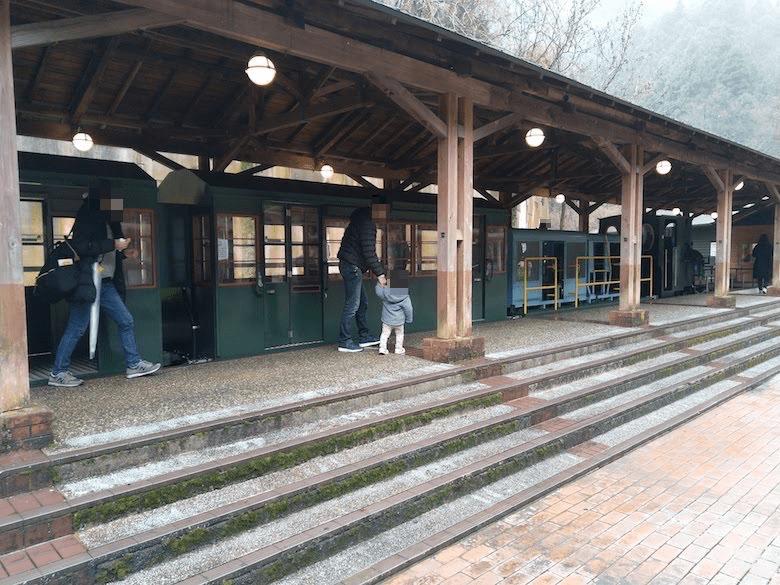 坑道入り口の駅