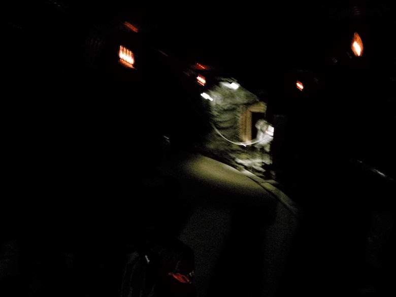 観光坑道内は暗い