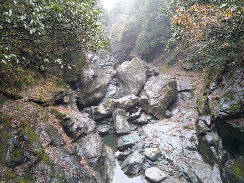 坑道出口の大岩