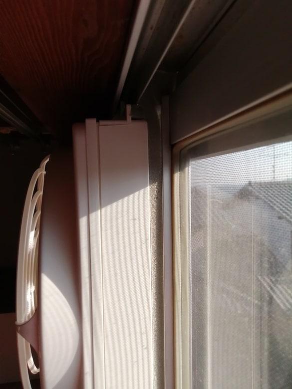 東芝 窓用換気扇 VRW-20X2の右側上部隙間を埋める