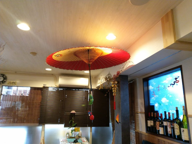 天井からぶら下がる和傘