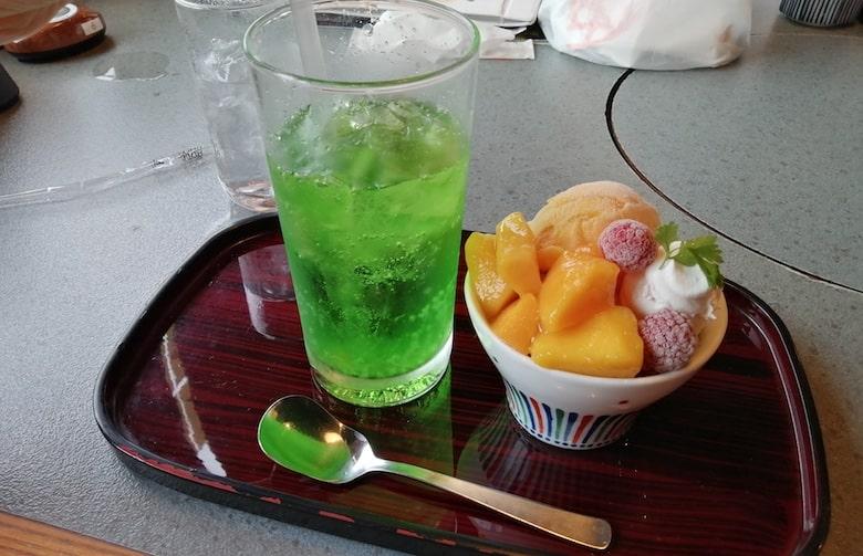 デザートセット メロンソーダ・夏季限定ごろっとマンゴーパフェ:550円