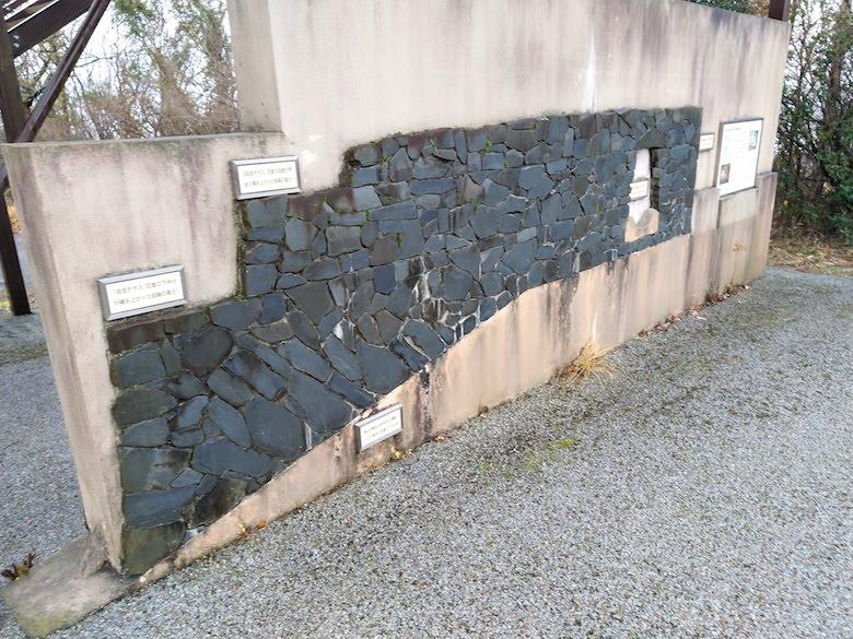 展望台下に設置された「積石塚」のしくみがよくわかる見本