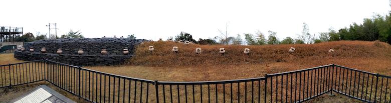 野田院古墳全景。3枚の写真をつなぎ合わせたパノラマビュー